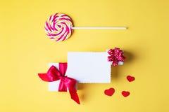 Fundo amarelo brilhante do dia do ` s do Valentim, conceito do cartão, foto de stock