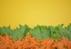 Fundo amarelo com vegetais fotos de stock