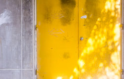 Fundo amarelo da porta Imagem de Stock