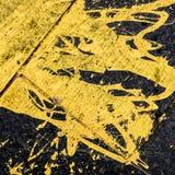 Fundo amarelo derramado da pintura imagem de stock royalty free