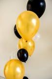 Fundo amarelo e preto dos balões no partido Imagem de Stock