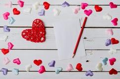 Fundo ao dia do Valentim: corações, papel e lápis Imagens de Stock Royalty Free