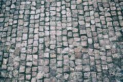 Fundo apedrejado godo do pavimento do granito Textura de pedra do pavimento Fundo abstrato do close-up velho do pavimento da pedr fotografia de stock