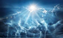 Fundo apocalíptico religioso e científico Céu escuro com relâmpago e as nuvens escuras com o Sun que representa o salvação imagem de stock