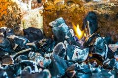 Fundo ardendo sem chama preto da textura da fogueira do fogo de carvões fotos de stock