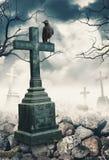 Fundo assustador místico de Dia das Bruxas com corvo e cruz Imagem de Stock Royalty Free