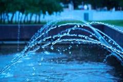 Fundo azul abstrato com os jatos da fonte de água Imagem de Stock