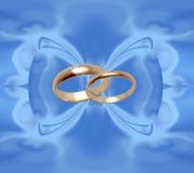 Fundo azul com anéis de casamento Fotografia de Stock Royalty Free