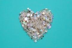 Fundo azul com coração das lantejoulas e dos grânulos imagens de stock