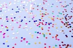 Fundo azul com corações coloridos pequenos imagens de stock royalty free
