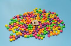 Fundo azul com doces e a casa de madeira do brinquedo imagens de stock royalty free