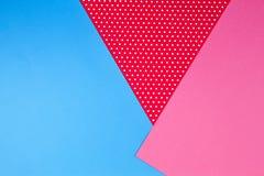Fundo azul, cor-de-rosa e vermelho geométrico abstrato do papel do às bolinhas Imagens de Stock