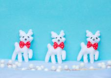Fundo azul do Natal com a rena na neve Fotos de Stock Royalty Free