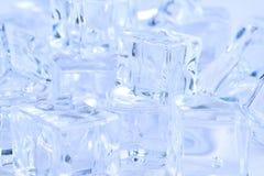 Fundo azul dos cubos de gelo de tamanhos diferentes Foto de Stock