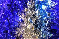 Fundo azul e de prata da decoração do ouropel do ano novo foto de stock royalty free