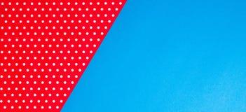 Fundo azul e vermelho geométrico abstrato do papel do às bolinhas Imagens de Stock