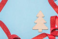 Fundo azul festivo com árvore de Natal e a fita vermelha Imagens de Stock