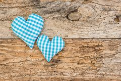 Fundo bávaro rústico com dois corações azuis na madeira velha com espaço da cópia fotografia de stock