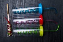 fundo bearthday doce dos doces com as garrafas da cor no fundo preto de madeira Foto de Stock Royalty Free