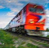 Fundo blured abstrato com o trem de passageiros velho com efeito do borrão de movimento em nivelar o fundo do céu foto de stock royalty free