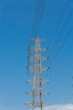 Fundo bonde de alta tensão do céu azul da torre Fotografia de Stock Royalty Free