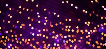 Fundo bonito com luzes brilhantes do roxo, as amarelas, as alaranjadas e as vermelhas do bokeh Textura colorido do feriado Contex fotos de stock
