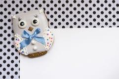 Fundo bonito com uma coruja do mel-bolo Foto de Stock Royalty Free