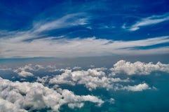 Fundo bonito das nuvens do céu azul e do branco Panorama da atmosfera do céu Luz do dia brilhantes celestiais Planeta exterior imagens de stock royalty free