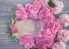 Fundo bonito de rosas vermelhas e cor-de-rosa das flores no fundo de madeira Vidro matizado Copie o espaço Imagem de Stock Royalty Free
