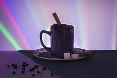 Fundo bonito do açúcar da canela dos feijões da xícara de café fotos de stock royalty free