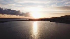 Fundo bonito do céu azul com por do sol estoque Ideia superior do por do sol no mar Por do sol dramático pelo mar video estoque