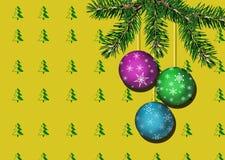 Fundo bonito do Natal que consiste em uma parede com a árvore de abeto amarela da cópia do papel de parede e as bolas vivas do ra Imagens de Stock