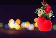 Fundo bonito doce do coração vermelho decorado com a flor na luz do bokeh na noite Fotografia de Stock Royalty Free