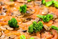 Fundo bonito suculento do alimento com brocolli, bacon e mushroo imagem de stock