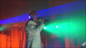 Fundo borrado da música concerto retro Superior um ancião que canta no microfone vídeo de movimento lento Música retro filme