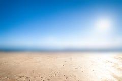 Fundo borrado da natureza - ajardine com céu azul e nuvens Fotografia de Stock