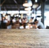 Fundo borrado do restaurante da barra do tampo da mesa interior contrário Fotos de Stock
