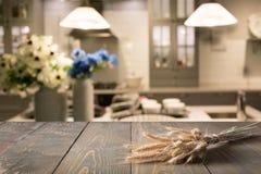 Fundo borrado e abstrato Tabletop de madeira vazio com bandeja e fundo moderno defocused da cozinha para o yo da exposição ou da  fotografia de stock
