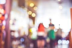 Fundo borrado: Povos no fundo do borrão da cafetaria com imagem de stock royalty free