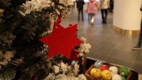 Fundo borrado sumário do shopping com decorações do Natal filme