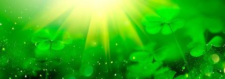 Fundo borrado verde do dia de St Patrick com folhas do trevo Patrick Day Projeto abstrato da arte da beira fotos de stock royalty free