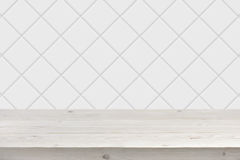 Fundo branco borrado da parede da telha com as pranchas de madeira na parte dianteira Fotografia de Stock