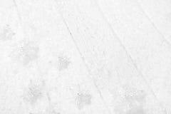 Fundo branco, cinzento e de prata do Natal com madeira, neve e Foto de Stock Royalty Free