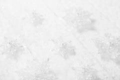 Fundo branco, cinzento e de prata do Natal com madeira, neve e Fotos de Stock Royalty Free