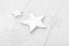 Fundo branco, cinzento e de prata do Natal com madeira, neve e Fotografia de Stock