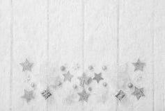 Fundo branco, cinzento e de prata do Natal com madeira, neve e Imagens de Stock