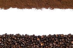 Fundo branco com feijões de café e café à terra no lado Imagens de Stock Royalty Free