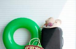 Fundo branco com os acess?rios da bagagem e da mulher foto de stock royalty free