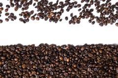 Fundo branco com os feijões de café no lado Foto de Stock