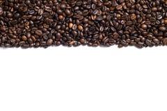 Fundo branco com os feijões de café no lado Fotos de Stock
